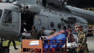 Soldados nepaleses descargan un helicóptero con ayuda humanitaria, 29 de abril de 2015.
