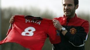 Juan Mata con su nueva camiseta del Manchester United, este 27 de enero en Manchester, Inglaterra.