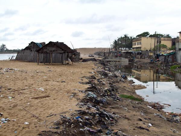 Le point kilométrique 4 à Cotonou. Ces cabanes seront bientôt détruites par l'océan qui poursuit inexorablement son travail.