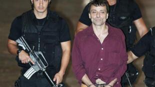 O italiano Cesare Battisti fugiu para o Brasil depois que a França voltou atrás em decisão de conceder refúgio ao ex-ativista.