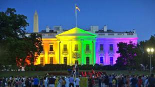La Casa Blanca iluminada con los colores LGBT cuando se aprobó el matrimonio gay en 2015 bajo la presidencia Obama.