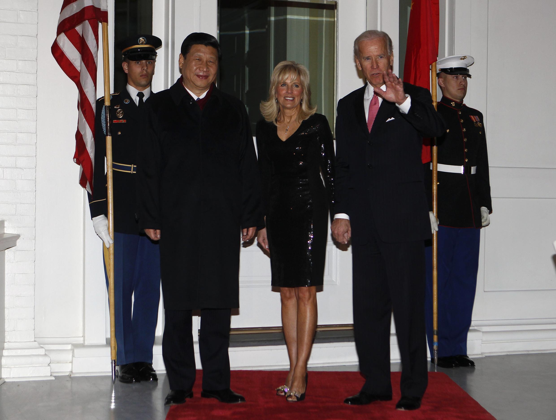 Ảnh tư liệu: Phó tổng thống Mỹ Joe Biden (thứ 2 từ bên phải) và phu nhân Jill Biden (g) đón tiếp phó chủ tịch Trung Quốc Tập Cận Bình tại Washington DC (Hoa Kỳ) ngày 14/02/2012.
