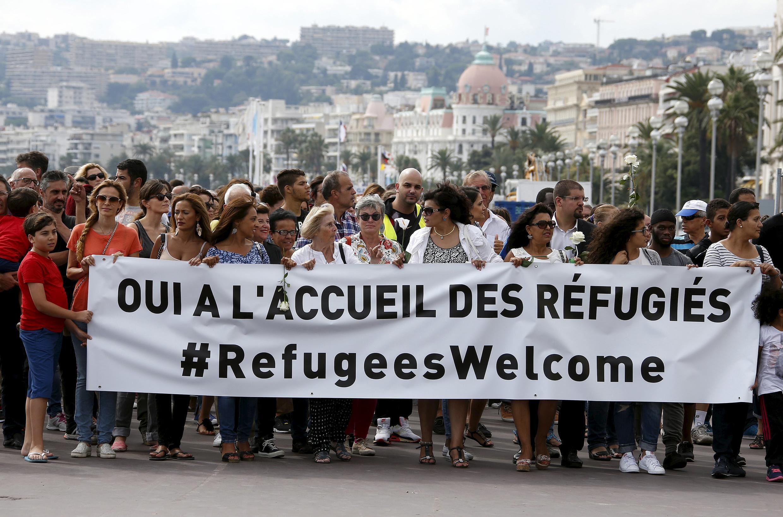Cientos de personas se manifestaron en la Promenade des Anglais en Niza para apoyar la acogida de refugiados.