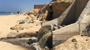 Faute d'électricité pour faire fonctionner les infrastructures de la bande de Gaza, les eaux usées sont rejetées à la mer sans avoir été filtrées.