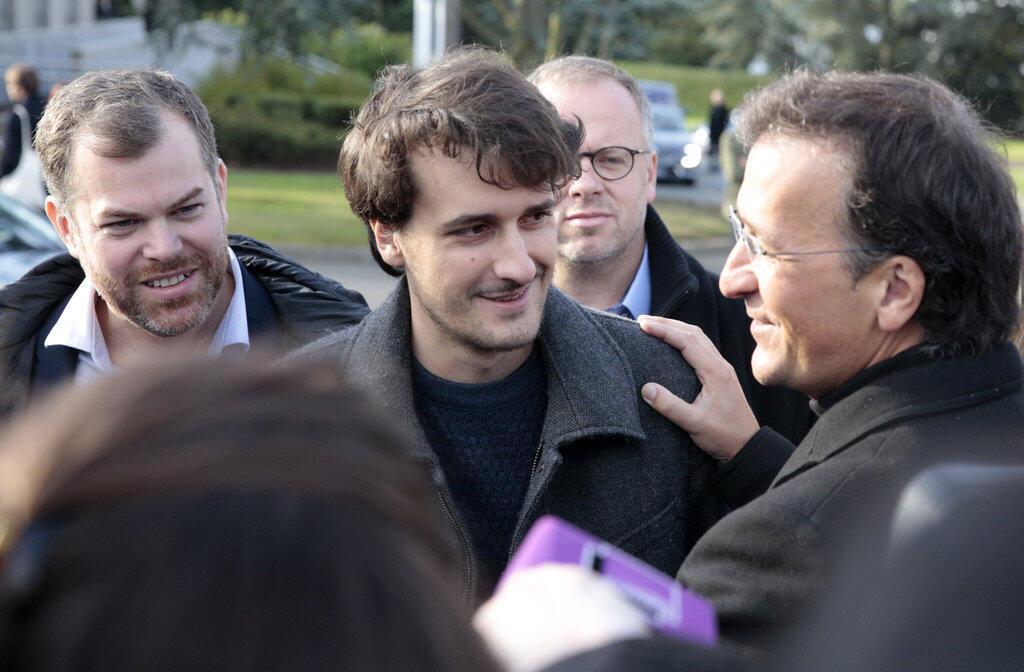 Журналист Лу Бюро (в центре) с отцом (справа) в парижском аэропорту сразу после освобождения, 17 сентября 2017.