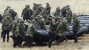 Lính Hàn Quốc nhận lệnh giúp cư dân đảo Baengnyeong di tản vào các hầm trú ẩn - Reuters