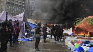 La présidence égyptienne a annoncé l'instauration de l'état d'urgence dans tout le pays pour un mois.