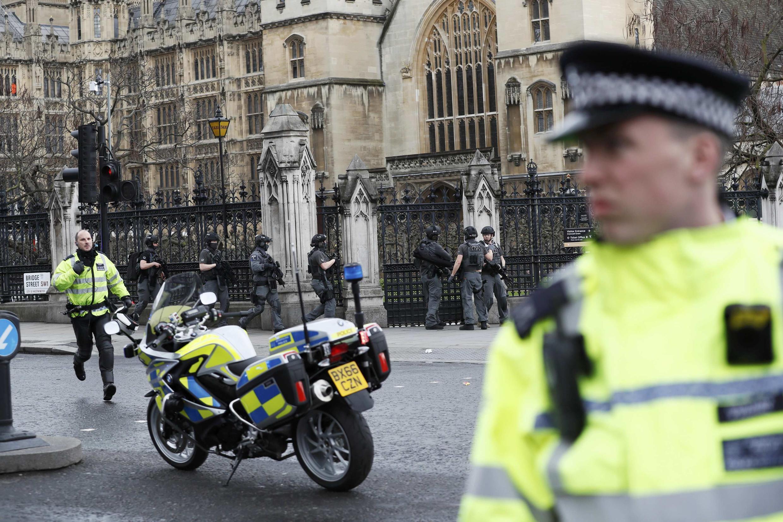Polisi akitoa ulinzi nje ya nje ya jengo la Bunge wakati wa milio ya risasi kwenye daraja la Westminstermjini London, nchini Uingereza Machi 22, 2017.