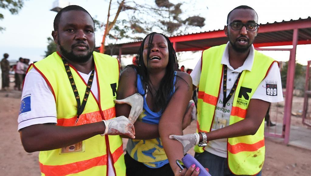 Una estudiante herida es evacuada por los servicios de rescate en la universidad de Garissa, Kenia.