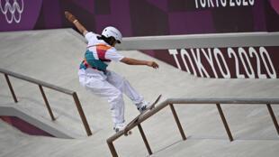 La japonesa Momiji Nishiya, de 13 años, primera campeona olímpica del skateboarding, en Tokio, Japón, el 26 de julio de 2021