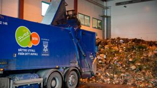 Un camion vide son chargement à l'usine de Västerås, berceau de la production de biogaz en Suède, à l'ouest de Stockholm.