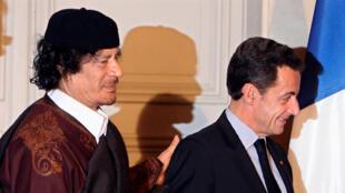 Nicolas Sarkozy e Muammar Kadafi (esquerda) no Eliseu em Dezembro de 2007.