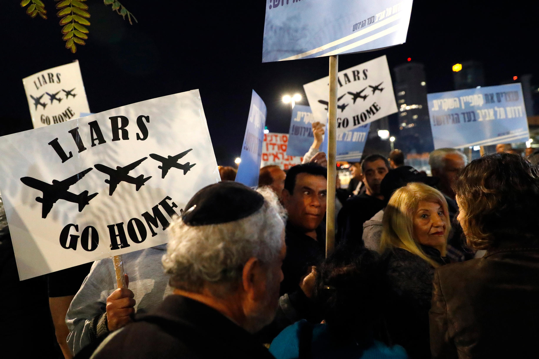 示威場景:支持驅逐非法移民 2018年2月24日 特拉維夫 Des résidents des quartiers sud de Tel-Aviv manifestent contre la présence de réfugiés africains, le 24 février 2018.