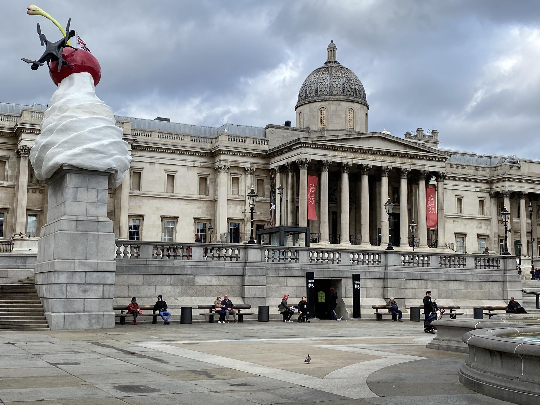 Fachada da National Gallery com ruas quase desertas no centro de Londres.