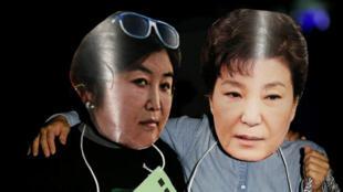 示威者打出朴槿惠与闺蜜崔顺实漫画2016年10月27日首尔