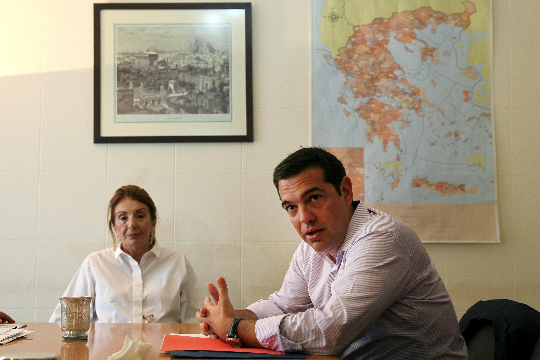 Le Premier ministre grec Alexis Tsipras et la ministre adjointe chargée de la politique d'immigration Tasia Christodoulopoulou lors d'une réunion sur la question des migrants à Athènes, le 7 août 2015.