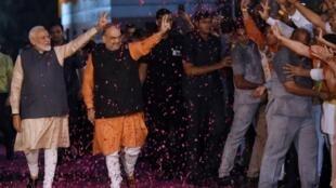 پیروزی ناراندا مودی (سمت چپ) در انتخابات هند