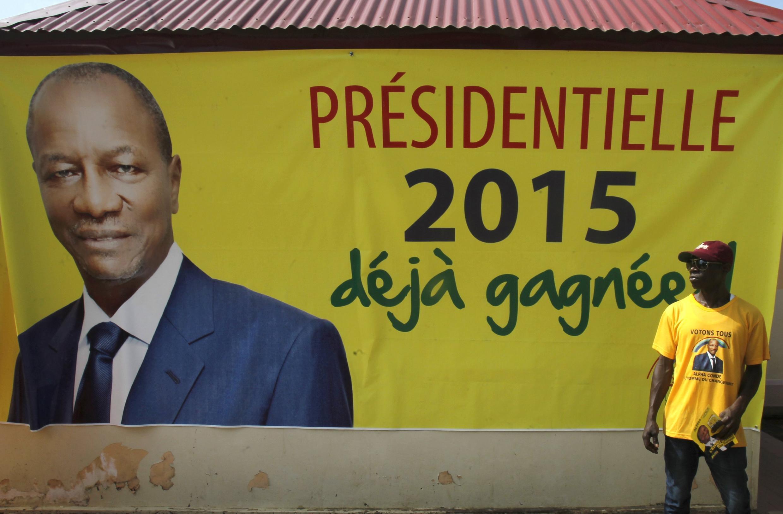 Une affiche de campagne du président sortant Alpha Condé, à Conakry.