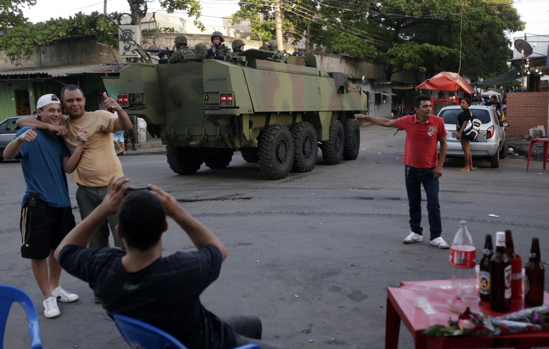 Xe thiết giáp và quân đội Brazil được triển khai trong khu phố nghèo Mare ở Rio de Janeiro để bảo đảm trât tự và an ninh. Ảnh chụp ngày 05/04/2014.