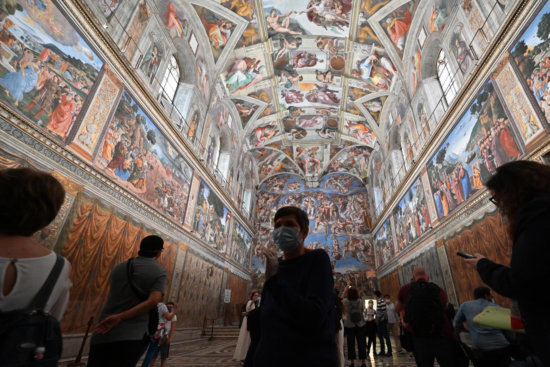 En esta foto de archivo tomada el 1 de junio de 2020, la gente visita la Capilla Sixtina en los Museos Vaticanos, que reabren al público mientras que la ciudad-estado suaviza su cierre con el objetivo de frenar la propagación del virus