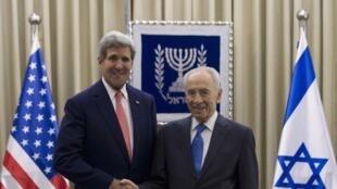 John Kerry, le secrétaire d'Etat américain, s'est entretenu avec le président israélien, Shimon Peres. Jérusalem, le 6 novembre 2013.
