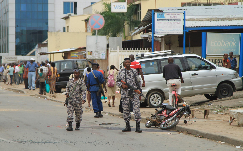 Wanajeshi na polisi wakipiga diria jijini Bujumbura.