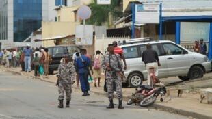 Polisi wakipiga doria katika moja ya mitaa ya Bujumbura tarehe Februari 3, 2016.