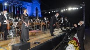 Bergame (Italie), le 28 juin 2020. Le président italien Sergio Mattarella s'est avancé au pied de l'estrade pour saluer l'orchestre et son chef qui viennent de jouer le requiem de Donizetti.