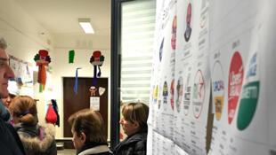 Eleitores votam nas legislativas italianas, que ocorrerma