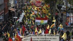 ده ها هزار تن از کردهای مقیم آلمان امروز، شنبه ۱۹ اکتبر، ۲۷ مهر همراه با پشتیبانان آلمانی خود در شهرهای کلن، برلین، فرانکفورت، اشتوتگارت، زاربروکن و چندین شهر دیگر در اعتراض به حمله نظامی ترکیه به شمال سوریه دست به تظاهرات زدند.