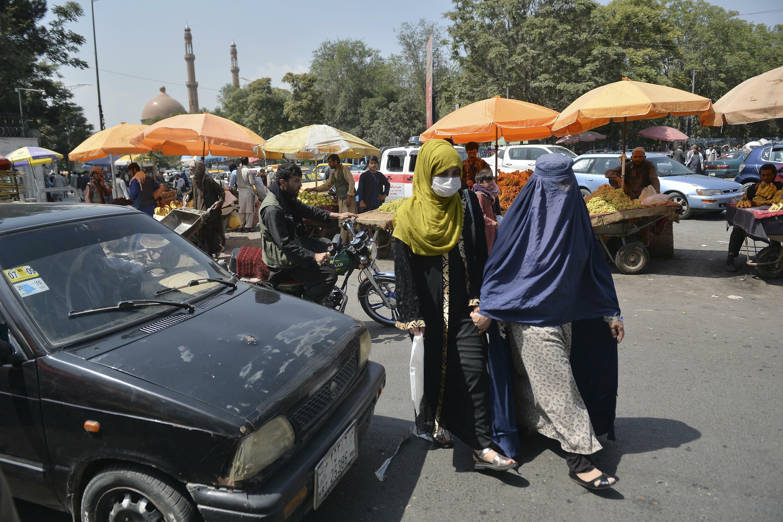 Mujeres en una zona de mercado en Kabul, Afganistán, el 1 de speitmebre de 2021