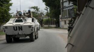 Um blindado das forças Licorne a patrulhar Abidjan.