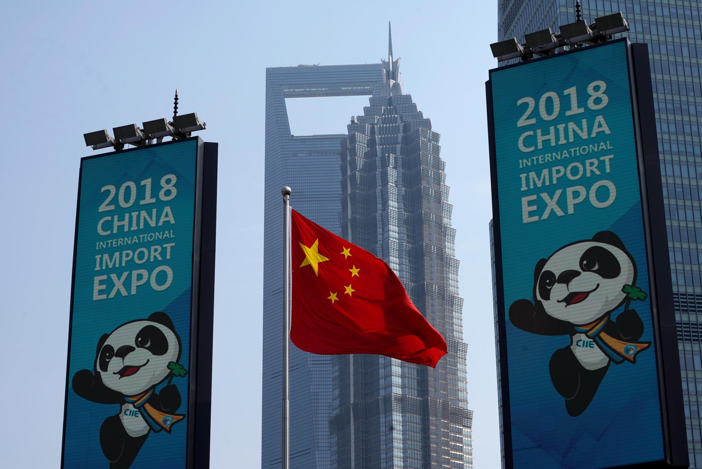 Quảng cáo cho cuộc triển lãm về nhập khẩu của Trung Qốc (China International Import Expo -CIIE) . Ảnh 17/10/2018.