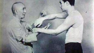 Tôn sư Diệp Vấn (Ye Wen - bên trái) đang vào tay (niêm thủ) cùng đệ tử trẻ 18 tuổi Lý Tiểu Long (Bruce Lee)
