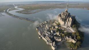 Survol aérien du Mont Saint Michel.