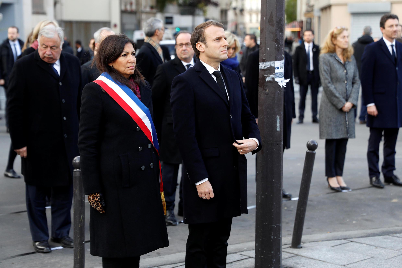 امانوئل ماکرون رئیس جمهوری فرانسه و آن ایدالگو، شهردار پاریس در مراسم یادبود قربانیان عملیات تروریستی سیزدهم نوامبر   ٢۰۱۵