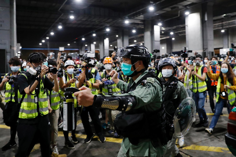 Un policier tente de disperser des manifestants à Hong Kong, le 8 mars 2020.