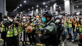 2020年3月8日,香港警察试图驱散集会抗议的人群。