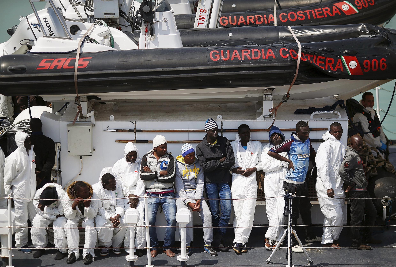 Des migrants à bord d'un navire italien à leur arrivée au port de Catane, en Sicile.