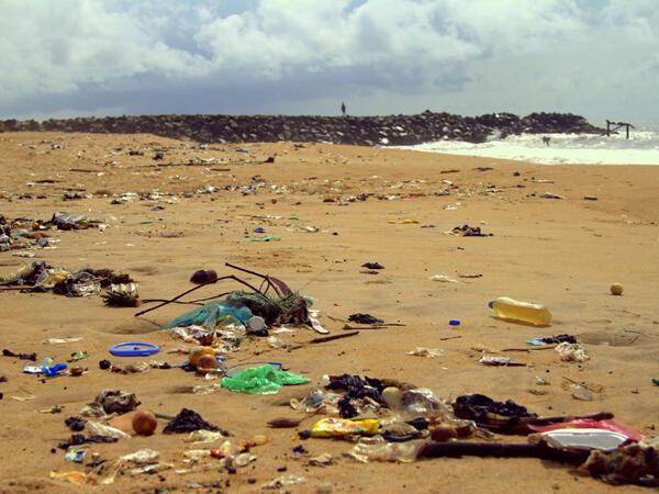 Outre la pollution impressionnante, on note l'érosion progressive de la côte.