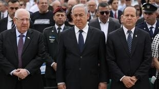 Le président israélien, Reuven Rivlin (à gauche), le Premier ministre Benyamin Netanyahu et l'ancien maire de Jérusalem, Nir Barkat, durant les cérémonies de commémoration de la Shoah au Mémorial de Yad Vashem,  le 2 mai 2019.