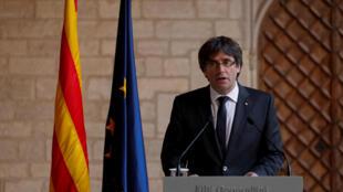 O presidente da região autônoma da Catalunha realiza discurso na sede do governo catalão, em Barcelona, em 26 de outubro de 2017.