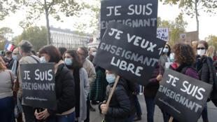 """Une manifestation à Paris, le 18 octobre 2020, suite à l'assassinat du professeur Samuel Paty qui avait montré des caricatures du Prophète à sa classe. On peut lire sur les pancartes """"Je suis un enseignant"""", """"Je veux un enseignant libre""""."""