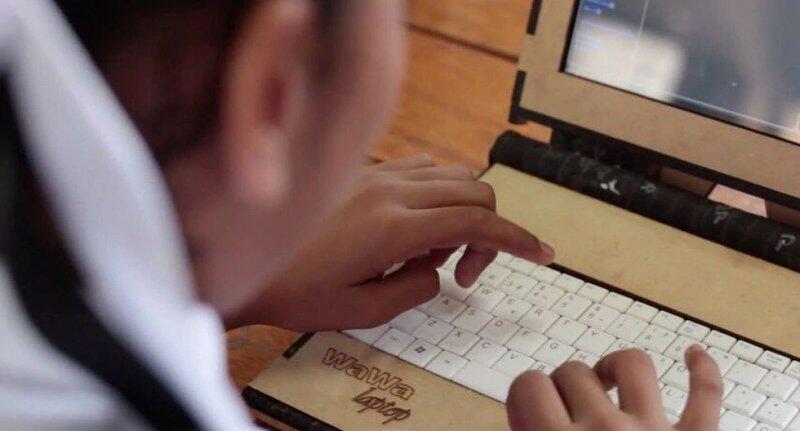 Captura de pantalla de niño utilizando la computadora Wawa.