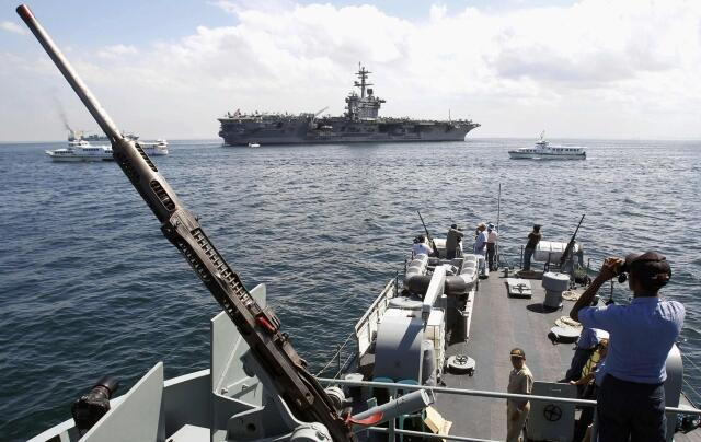 Hàng không mẫu hạm USS Carl Vinson trong vịnh Manila đầu năm 2013 - REUTERS /R. Ranoco