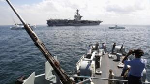 Tầu sân bay Mỹ USS Carl Vinson thả neo trong vịnh Manila ngày 15/05/2011. (Ảnh tư liệu).