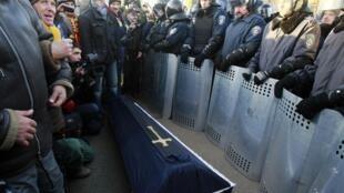 Участники автопробега у резиденции Виктора Януковича, 29 декабря 2013