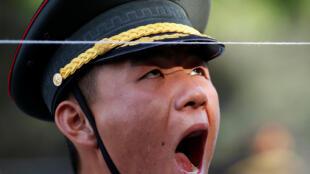 图为中国解放军仪仗队一名士兵在欢迎莫桑比克总统访华检阅仪仗队仪式中