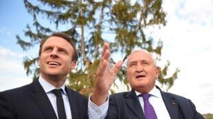 Le candidat d'En Marche! Emmanuel Macron a rencontré l'ex-Premier ministre Jean-Pierre Raffarin à Montmorillon, le 28 avril 2017.