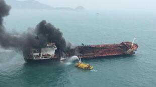Tàu chở dầu mang cờ Việt Nam bị cháy, ngoài khơi Hồng Kông, 08/01/2019.